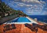Im Außenpool vom Beispielhotel Limeni Village schwimmen und dabei den Blick aufs Mittelmeer genießen.