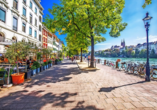 Flanieren Sie gemütlich entlang des Rheinufers in Basel.