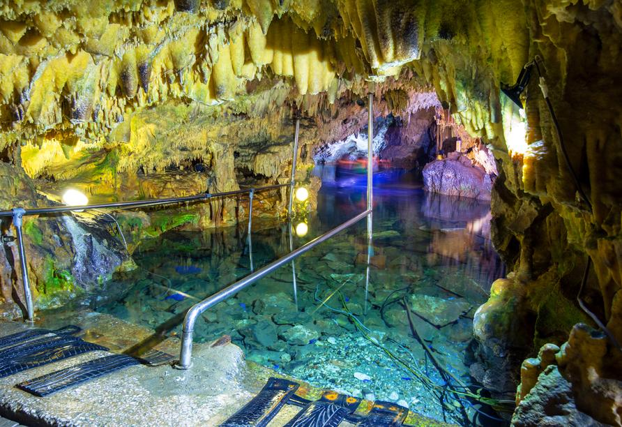 In gondelähnlichen Booten erkunden Sie die magische Welt der Höhlen bei Pyrgos Dirou.