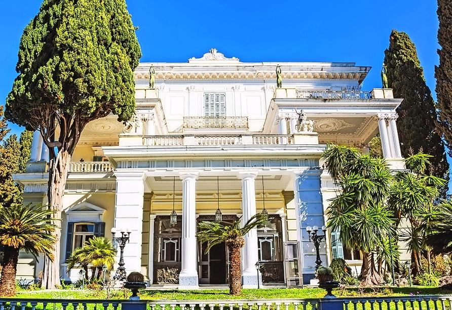 Das Achilleion ist eine herrschaftliche Villa mit einem imposanten Garten, wo Kaiserin Elisabeth von Österreich, Sisi, ihren Urlaub verbrachte.