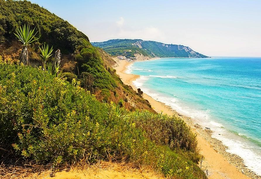 Korfu bietet traumhafte Strände und türkisblaues Wasser (hier: Marathias-Strand).