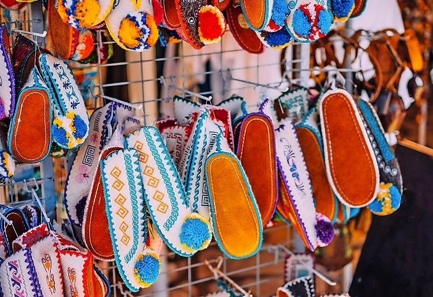 Tsarouchi nennt man die traditionellen Schuhe, die gerne als Souvenir gekauft werden.