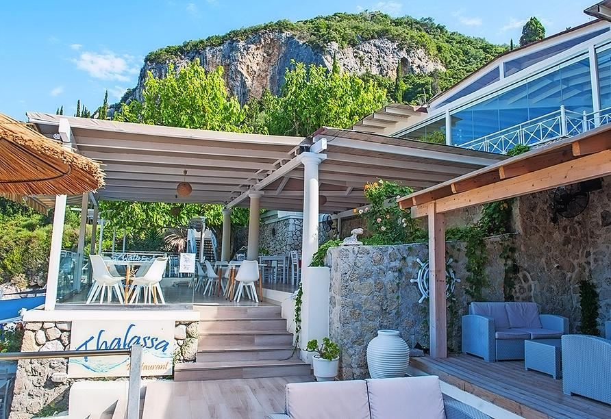 Das Á-la-Carte Restaurant Thalassa direkt am Meer verwöhnt Sie mit lokalen Spezialitäten.