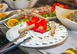 Lassen Sie sich das griechische Buffet schmecken.