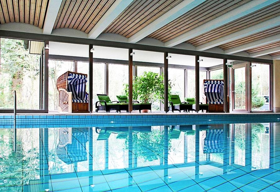 Ziehen Sie Ihre Bahnen im Hallenbad des Hotel Park Soltau.