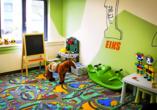 Für Kinder steht ein Spielzimmer mit vielen Spielsachen bereit.