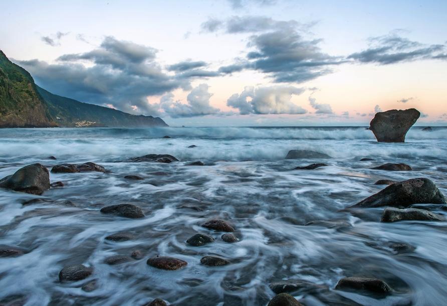 Bestaunen Sie die Wellen des Atlantiks.