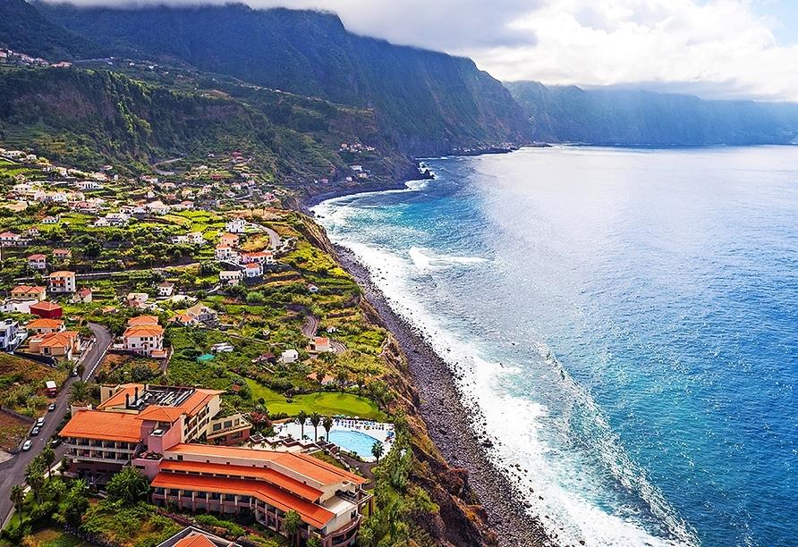 Ihr Hotel liegt an der Nordküste Madeiras, mit Blick auf das Meer und die Berge.