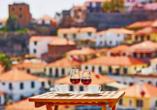 Lassen Sie sich den typischen Madeira-Wein bei einem einzigartigen Blick auf Funchal schmecken.