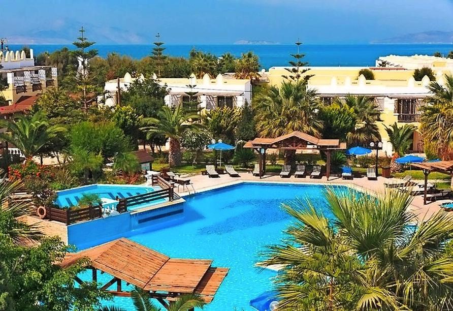 Entspannen Sie im Außenpool des Hotels, der von einer rund 70.000 qm² großen Gartenanlage umgeben ist.