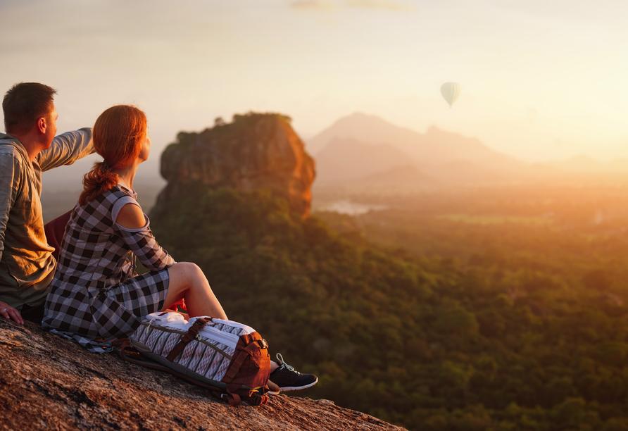 Bestaunen Sie den imposanten Monolit Sigiriya, auf dem sich die Ruinen einer historischen Festungsanlage befinden.