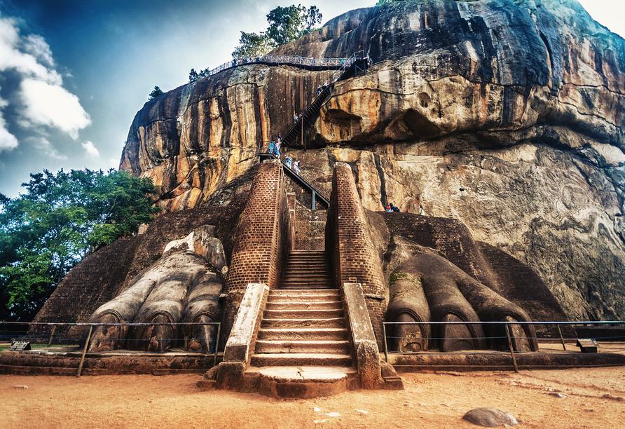 Viele Stufen führen nach oben, belohnt werden Sie oben angekommen auf der Bergfestung Sigiriya mit einem atemberaubenden Ausblick.