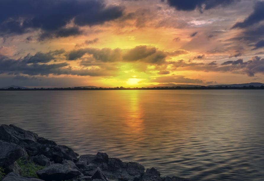Am großen Stausee Parakrama Samudraya erleben Sie einen überwältigenden Sonnenuntergang.