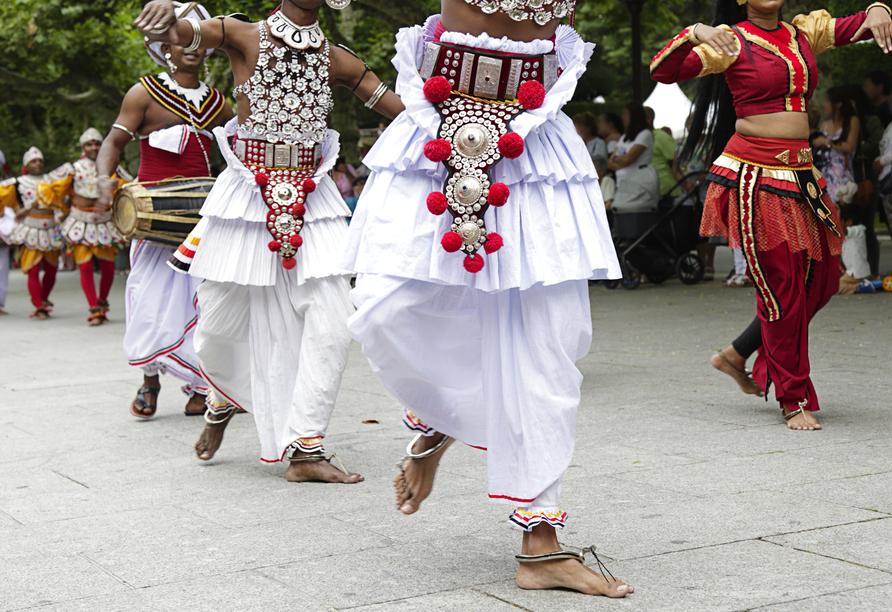 Lassen Sie sich von einer Aufführung mit traditionellen Tänzen Sri Lankas verzaubern.