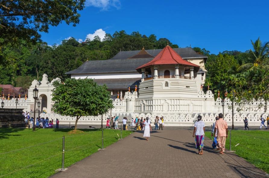 Außenansicht des berühmten Zahntempels. Der hat seinen Namen übrigens vom Eckzahn des historischen Buddhas Siddhartha Gautama, der hier gemäß der Überlieferung als Reliquie aufbewahrt wird.