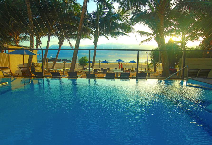Außenpool vom Beispielhotel Beacon Beach Resort.