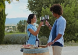 Horizon Wellness & Spa Resort, Italien, Urlauber mit Wein
