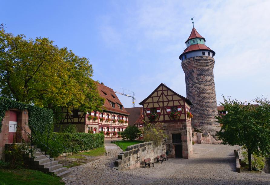 Das Wahrzeichen der Stadt ist die mächtige Kaiserburg.