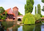 Der mittelalterliche Henkersteg führt direkt über die Pegnitz.