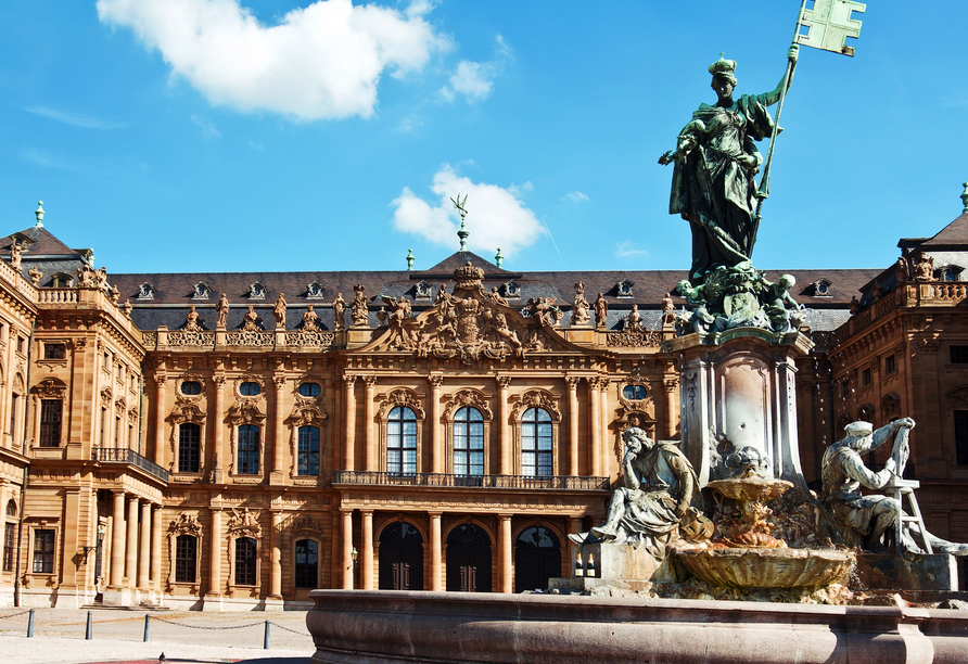 Bei einem Rundgang durch Würzburg entdecken Sie eindrucksvolle Sehenswürdigkeiten wie den Frankoniabrunnen.