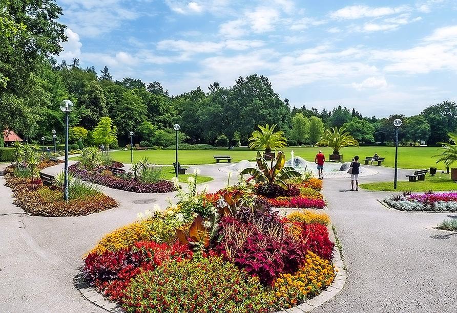Spazieren Sie durch den schönen Kurpark von Bad Füssing.