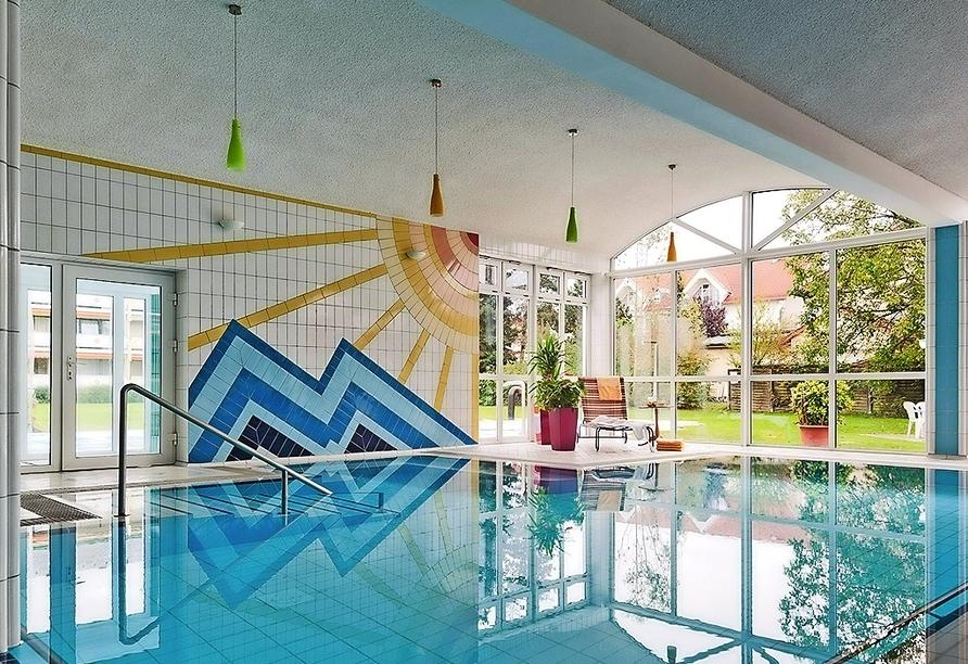 Ziehen Sie entspannt Ihre Bahnen im Thermalhallenbad des Kurhotels Schatzberger.