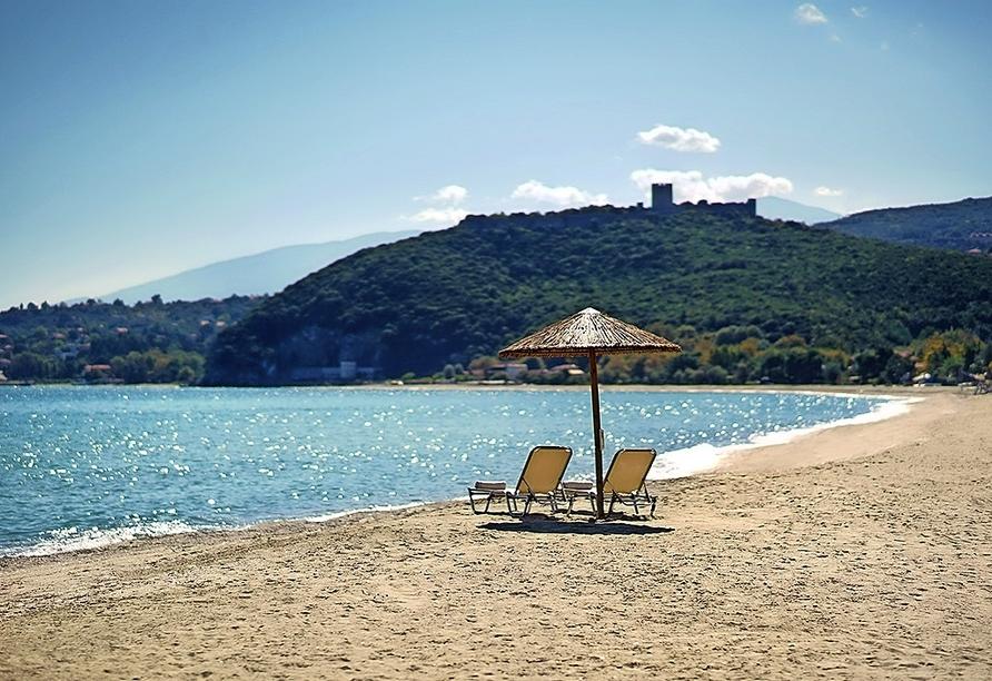 Auch der hoteleigene Strand, den Sie nach wenigen Metern erreichen, lädt zum Entspannen ein.