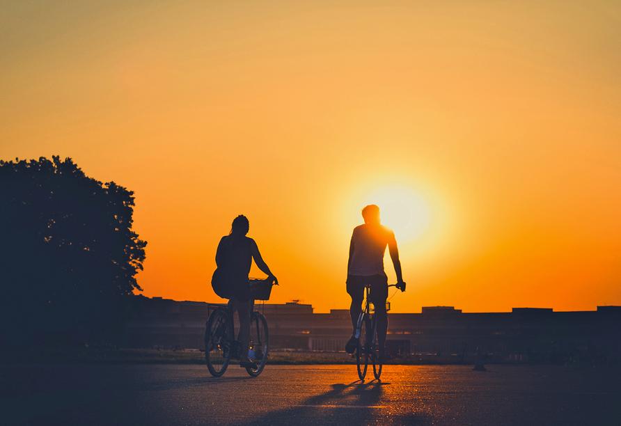 Fahrradfahrer im Sonnenuntergang.