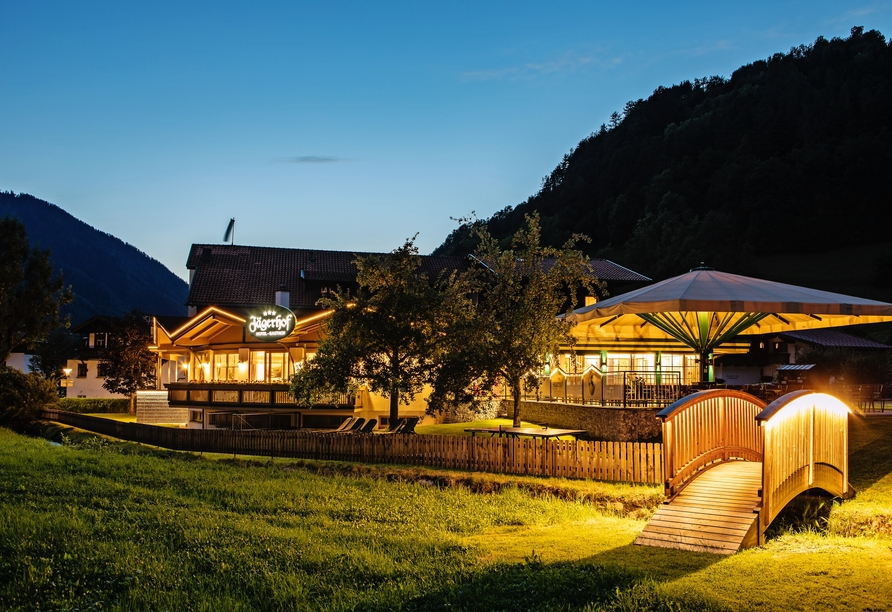 Hotel Jägerhof in Oetz, Außenansicht Dämmerung