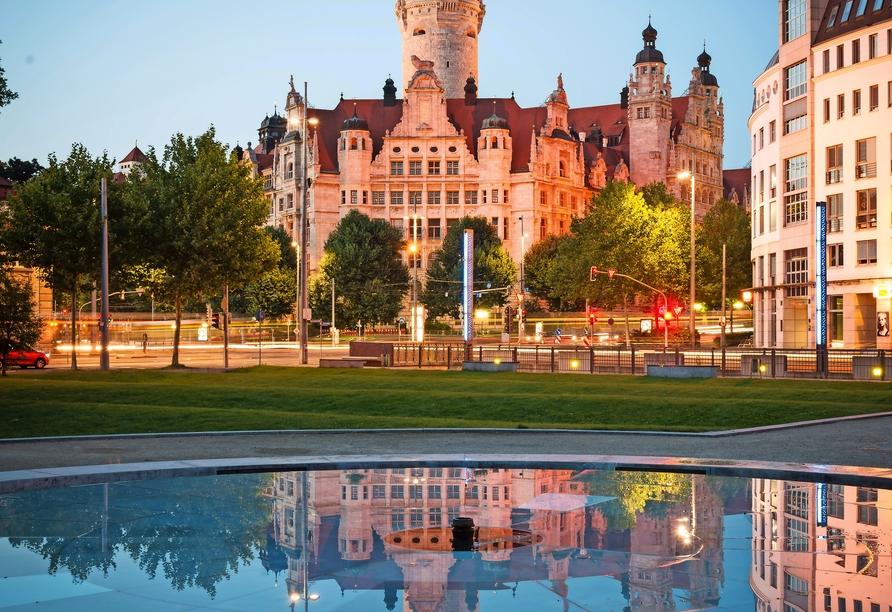 Neues Rathaus in Leipzig bei abendlicher Beleuchtung.