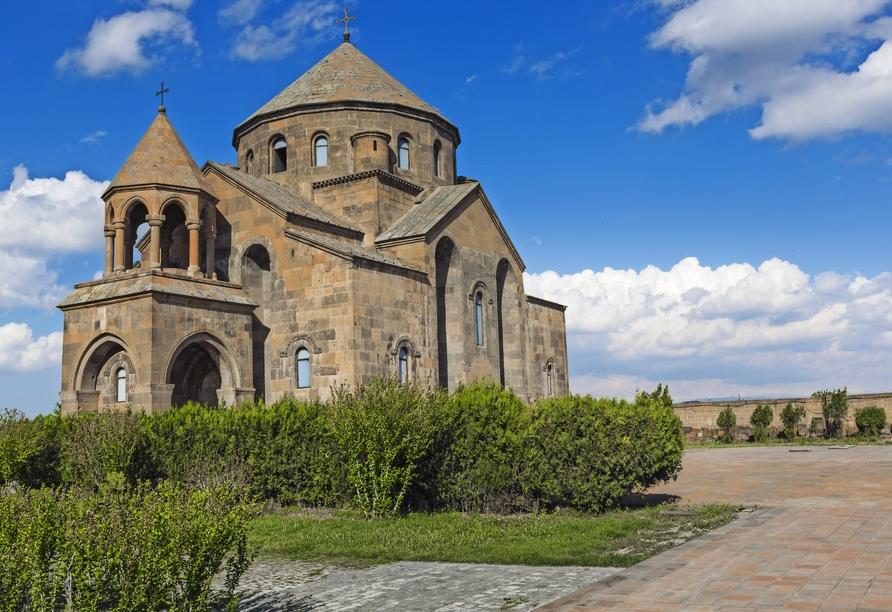 Sie nehmen an der berühmten Hauptliturgie der Kathedrale von Edschmiatsin teil.