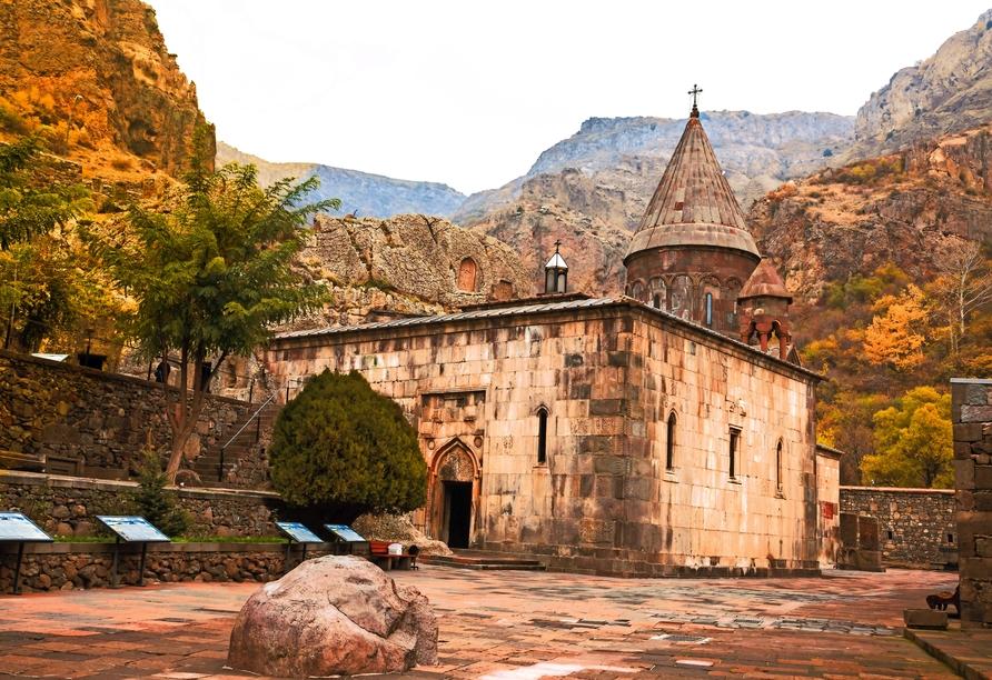 Die Räume des UNESCO-Weltkulturerbe Höhlenkloster Geghard sind teilweise in den Felsen gehauen.