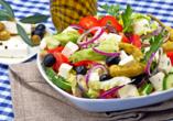 Schale mit griechischem Salat.