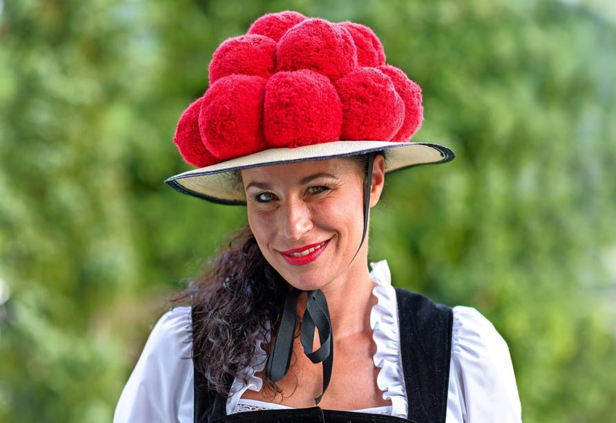 Der Bollenhut gehört zur Tracht der Frauen in den drei benachbarten Schwarzwald-Dörfern Gutach, Kirnbach und Reichenbach