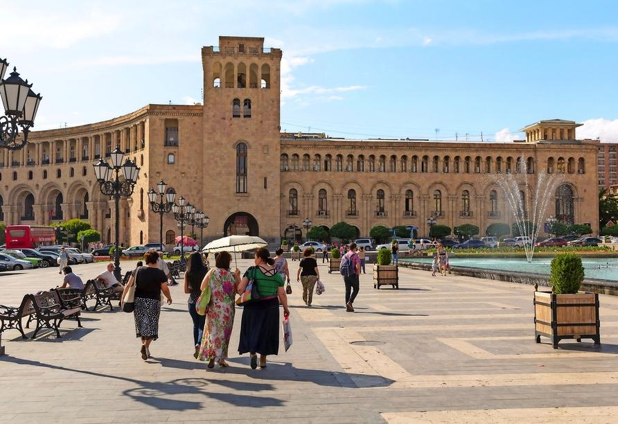 Bei einem Spaziergang durch Jerewan sehen Sie unter anderem den Republikplatz.
